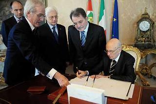 Il Presidente Giorgio Napolitano, nella foto con il Presidente del Consiglio Romano Prodi, il Sottosegretario Enrico Letta, il Segretario generale del Quirinale Donato Marra ed il Consigliere Giuridico Salvatore Sechi, durante la firma del Decreto di scioglimento delle Camere