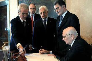 Il Presidente Giorgio Napolitano nel suo studio alla Vetrata mentre firma il Decreto di scioglimento delle Camere