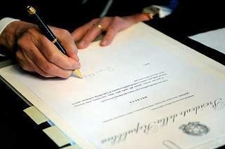 Il Presidente Giorgio Napolitano mentre firma il Decreto di scioglimento delle Camere