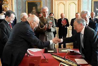 Il Presidente Giorgio Napolitano, con a fianco il Presidente del Consiglio Romano Prodi, si congratula con il nuovo Ministro della Giustiza Luigi Scotti, al termine delle cerimonia di giuramento