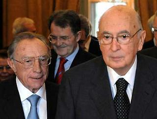 Il Presidente Giorgio Napolitano, il Presidente del Consiglio Romano Prodi, e il nuovo Ministro della Giustiza Luigi Scotti, al termine delle cerimonia di giuramento.
