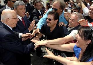 Il Presidente Giorgio Napolitano tra la gente, durante la visita alla città.