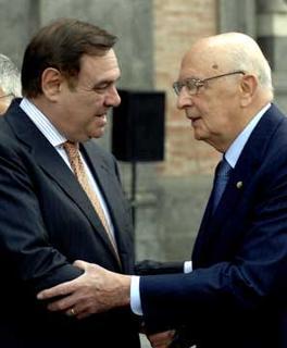 Il Presidente Giorgio Napolitano con il Ministro della Giustizia Clemente Mastella, durante la visita nella città partenopea.