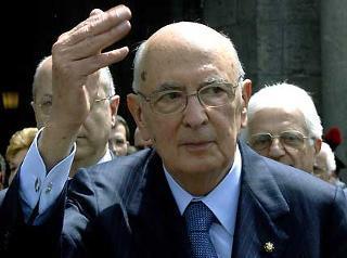 Il Presidente Giorgio Napolitano risponde al saluto della gente in Piazza del Plebiscito.