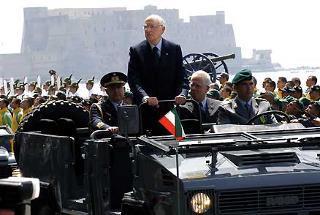 Il Presidente Giorgio Napolitano, accompagnato dal Ministro dell'Economia e delle Finanze Tommaso Padoa Schioppa e dal Consigliere Militare Giovanni Mocci, riceve gli onori militari in occasione della cerimonia per il 232° Anniversario di Fondazione della Guardia di Finanza