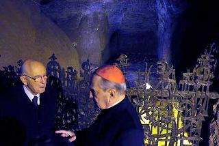 Il Presidente Giorgio Napolitano con S.E. il Cardinale Andrea Cordero Lanza di Montezemolo, davanti alla Fossa dell'eccidio.