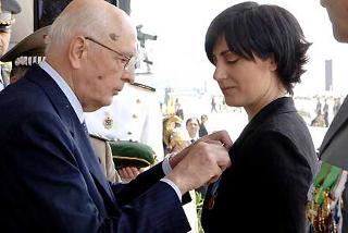 Il Presidente Giorgio Napolitano consegna la Medaglia d'Oro al Valore della Guardia di Finanza alla Memoria dell'App. Francesco Salerno