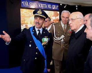 Il Presidente Giorgio Napolitano, durante la visita alla Mostra dell'Aeronautica.