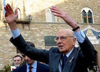 Il Presidente Giorgio Napolitano all'uscita da Palazzo Vecchio risponde al saluto della gente.