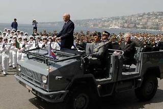 Il Presidente Giorgio Napolitano, accompagnato dal Ministro dell'Economia Tommaso Padoa Schioppa e dal Consigliere Militare Giovanni Mocci, passa in rassegna i reparti schierati con bandiera e banda,in occasione della cerimonia per il 232° Anniversario della Guardia di Finanza