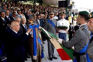 Il Presidente Giorgio Napolitano consegna la Medaglia d'Oro per i Benemeriti della Scuola, della Cultura e dell'Arte, alla Bandiera del Corpo della Guardia di Finanza, in occasione dell'Anniversario di Fondazione