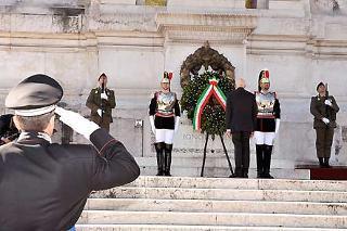 Il Presidente Giorgio Napolitano durante la deposizione di una corona d'alloro all'Altare della Patria, in occasione del 63° anniversario della Liberazione
