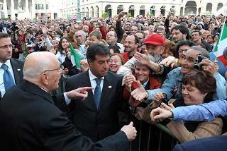 Il Presidente della Repubblica Giorgio Napolitano salutato dalla folla all'uscita da Palazzo Ducale
