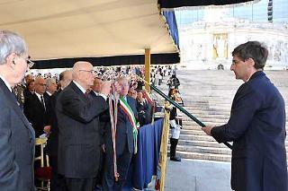 Il Presidente Giorgio Napolitano consegna la Medaglia d'Oro al Merito Civile al Gonfalone del Comune di Dronero, nella ricorrenza del 63° anniversario della Liberazione