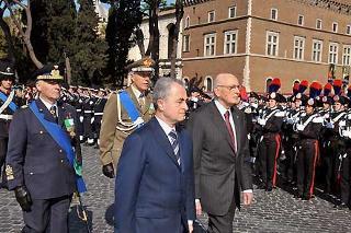 Il Presidente Giorgio Napolitano, all'Altare della Patria, riceve gli onori militari in occasione della deposizione di una Corona d'alloro, per il 63° anniversario della Liberazione