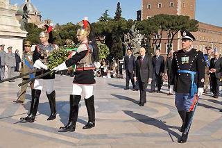 Il Presidente Giorgio Napolitano, all'Altare della Patria durante la deposizione di una corona d'alloro, in occasione del 63° anniversario della Liberazione