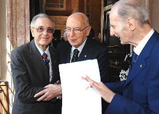 Il Presidente Giorgio Napolitano saluta il neo eletto Presidente dell'Accademia dei Lincei, Lamberto Maffei, a destra il Presidente uscente Giovanni Conso, in occasione dell'Adunanza solenne a chiusura dell'Anno Accademico