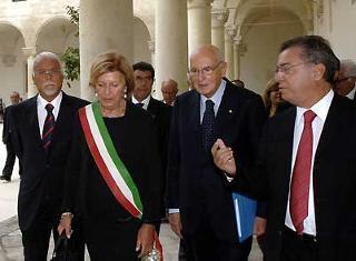 Il Presidente Giorgio Napolitano con il Sindaco Poli Bortone, il Rettore dell'Università Oronzo Limone ed il Sen. Maritati, al suo arrivo nella sede dell'Università.