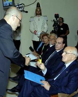 Il Presidente Giorgio Napolitano con il Prof. Roberto Cingolani, Direttore del Settore Nanoscienza della Scuola Superiore I.S.U.F.I. dell'Università.