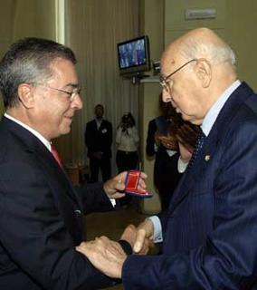 """Il Rettore dell'Università degli Studi Oronzo Limone, consegna il """"Sigillo d'Oro"""" al Presidente Giorgio Napolitano, al termine dll'incontro con il Senato Accademico."""