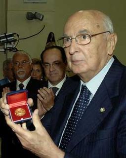 """Il Presidente Giorgio Napolitano mostra il """"Sigillo d'Oro"""" dell'Università degli Studi, dono del Rettore Oronzo Limone."""