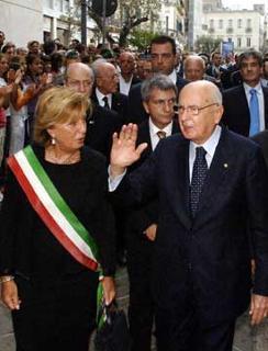 Il Presidente Giorgio Napolitano, nella foto con il Sindaco Poli Bortone ed il Presidente della Regione Nichi Vendola, al suo arrivo in città.