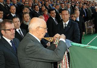 Il Presidente Giorgio Napolitano consegna la Medaglia d'Oro al Merito Civile alla Bandiera del Corpo Forestale dello Stato, in occasione del 187° anniversario di costituzione del Corpo