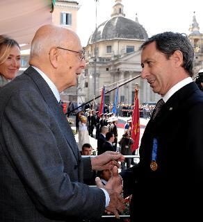 Il Presidente Giorgio Napolitano consegna a Cesare Patrone la Medaglia d'Oro al Merito Ambientale, in occasione della celebrazione del 187° anniversario della costituzione del Corpo Forestale dello Stato