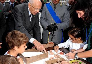 Il Presidente Giorgio Napolitano durante la visita agli stands allestiti in occasione del 187° anniversario della costituzione del Corpo Forestale dello Stato