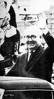 Il Presidente della Repubblica Giuseppe Saragat nella autovettura presidenziale mentre saluta i cittadini