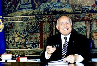 Il Presidente Oscar Luigi Scalfaro alla scrivania del suo studio