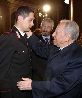 Il Presidente Ciampi conforta il fratello di Luca Polsinelli, Eugenio, al centro il papà Emilio, durante i funerali del giovane ucciso in Afghanistan.