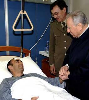 Il Presidente Ciampi saluta Salvatore Mastromauro, uno dei militari feriti nell'attentato in Afghanistan.
