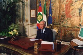 Il Presidente della Repubblica Carlo Azeglio Ciampi nel suo studio al Quirinale