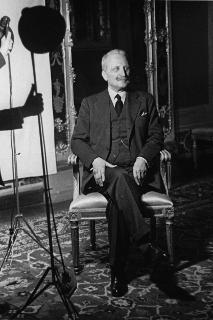 Il Capo Provvisorio dello Stato Enrico De Nicola durante un servizio fotografico
