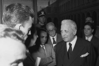 Il Capo Provvisorio dello Stato Enrico De Nicola con i giornalisti al Quirinale
