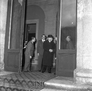 Enrico De Nicola saluta Luigi Einaudi eletto Presidente della Repubblica