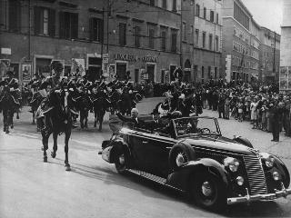 Il Capo Provvisorio dello Stato Enrico De Nicola dalla sua vettura saluta la folla durante le celebrazioni della Festa Nazionale per il primo anniversario della proclamazione della Repubblica