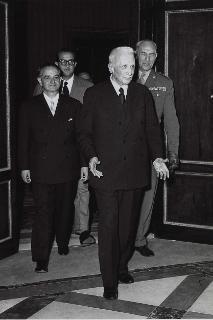 Il Capo Provvisorio dello Stato Enrico De Nicola durante la firma della Costituzione