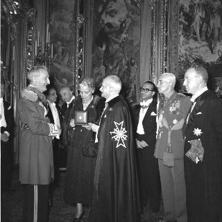 Cerimonia della consegna al Presidente della Repubblica Luigi Einaudi delle insegne di Balì di Onore e Devozione e del Collare della Croce al Merito del Sovrano Militare Ordine di Malta