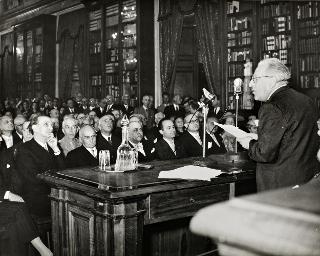 Intervento del Presidente della Repubblica Luigi Einaudi e della Signora Ida Einaudi all'Accademia Nazionale dei Lincei per la cerimonia di consegna dei premi del Presidente della Repubblica
