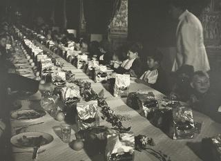 Il Presidente della Repubblica Luigi Einaudi e Signora Ida Einaudi durante una refezione offerta al Palazzo del Quirinale per 369 bambini dei rioni Tor Pignattara san Giovanni e Trionfale